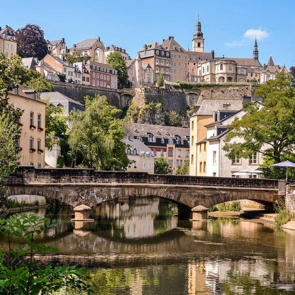 Фотообои Река в городке