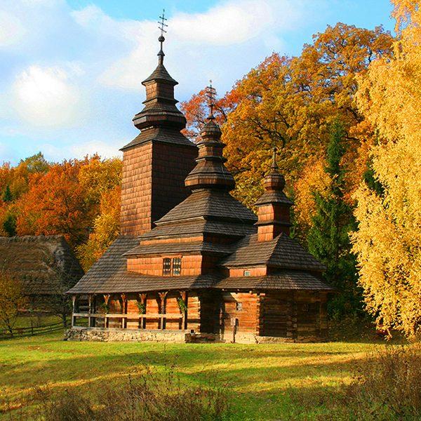 Церковь в осеннем лесу