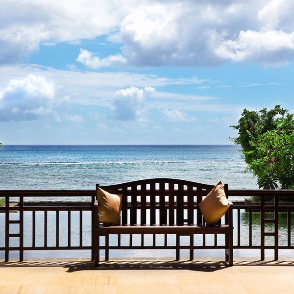 Скамейка на балконе